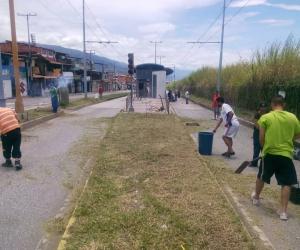 Comunidades se integraron a labores de limpieza y desmalezado de Trolebús Mérida